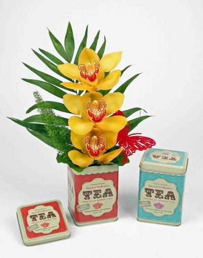 Thee blik met 3 orchideeën