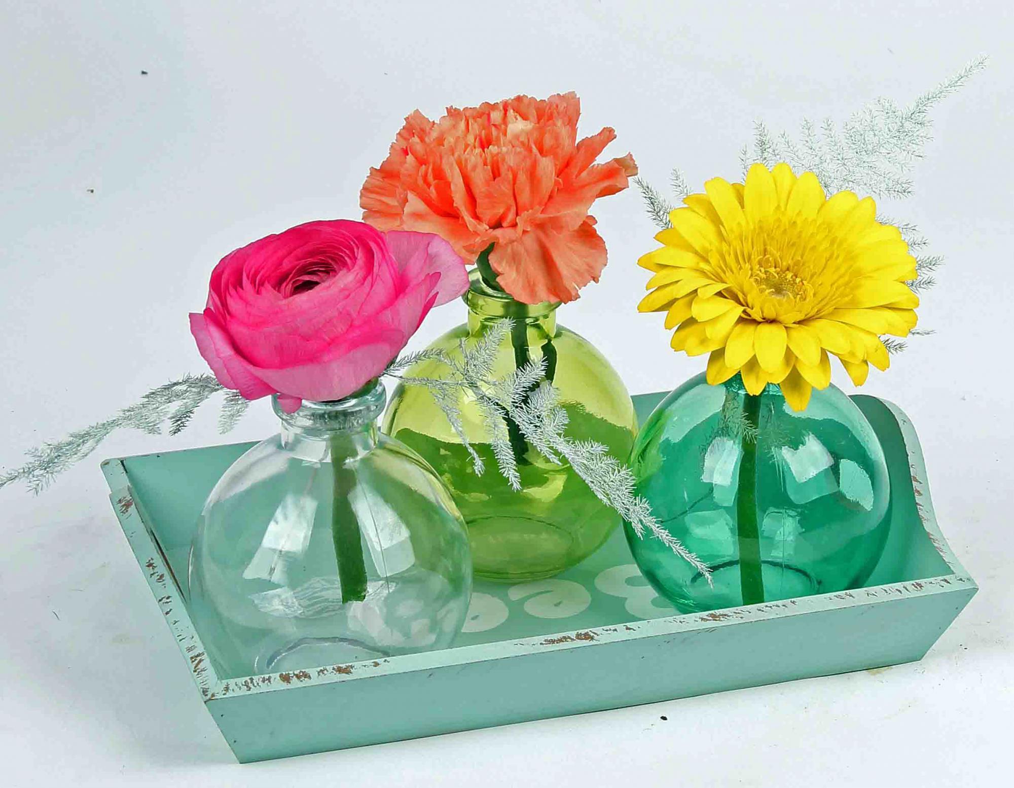 Dienblad met 3 flesjes met snijbloemen